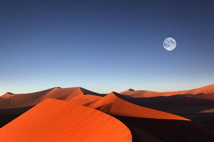 sossusvlei-sand-dunes-full-moon-and-beautiful-red-sand-dunes